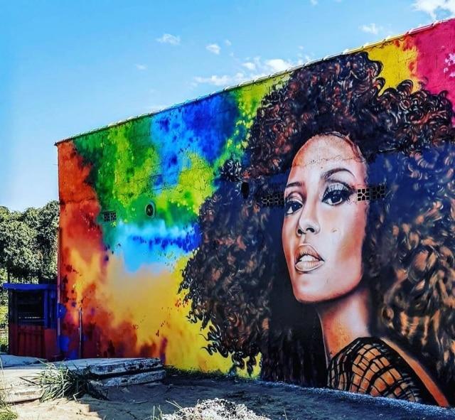 Grafiteiros homenageiam Taís Araújo em mural no Guarujá.