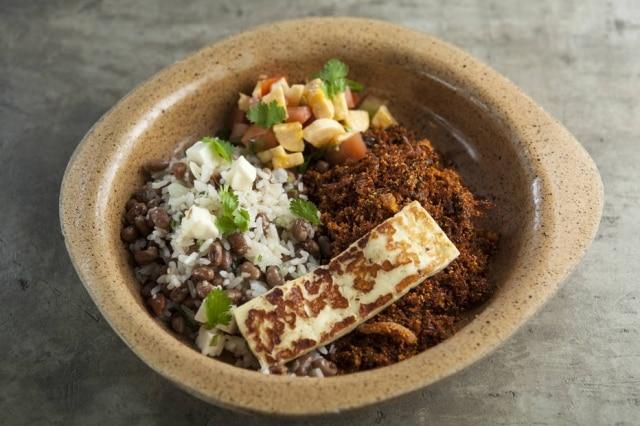 Paçoca, do Fitó.A carne de sol da casa, misturada com farinha de mandioca e manteiga de garrafa, é servida com baião de dois, banana-da-terra e queijo coalho.