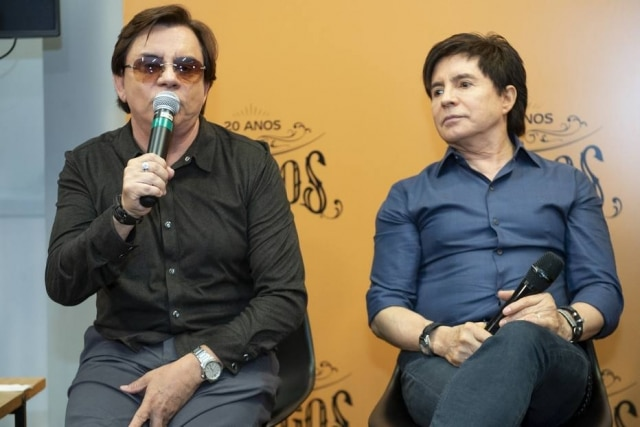 Chitãozinho e Xororó em coletiva do especial 'Amigos - A História Continua' em 2019, na Globo.