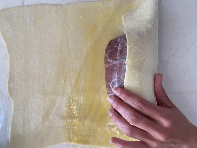Depois de embrulhado no presunto cru, bife é envolto na massa folhada.