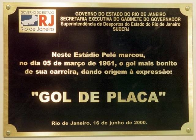 Placa em homenagem ao gol de Pelé quesubstituíaa originalno Maracanã em 2001