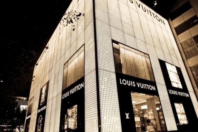 5cfeac1ed Fachada da grife Louis Vuitton em Shanghai, na China. Clientes chineses já  não compram