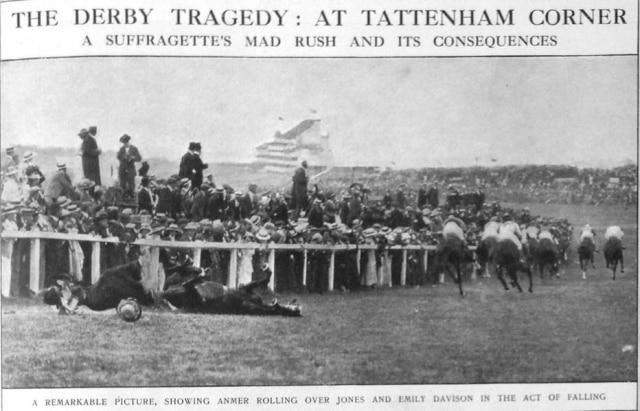 Emily Davidson é gravemente ferida pelo cavalo do rei da Inglaterra durante, o Derby de Epsom,ao tentar colocar um broche das sufragistasno animal, em 04/06/1913. A morte da jovem inflamou o movimento sufragista inglês