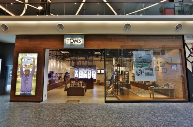 A marca americana TOMS, que chega em breve no Brasil, é conhecida por doar calçados a cada peça vendida.