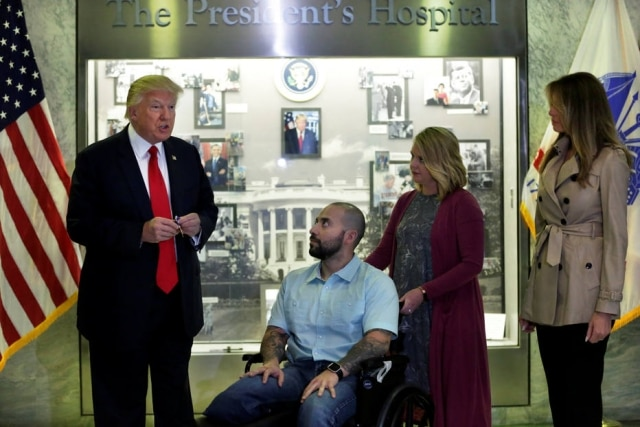 Donald Trump entrou a medalha a Alvaro Barrientos no Walter Reed National Military Medical Center em Bethesda, Maryland