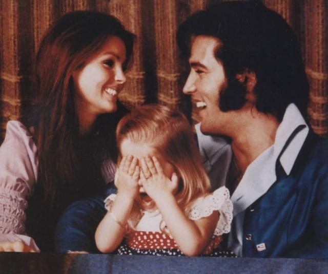 Elvis Presley, sua mulher Priscilla e a filha Lisa em 1971.