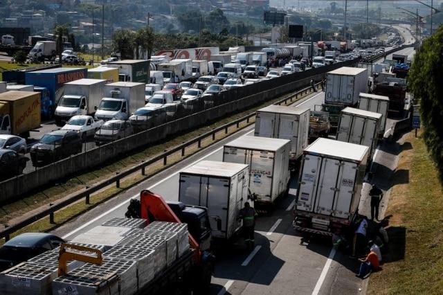 Caminhoneiros paralisaram serviço contra o aumento do preço do diesel.