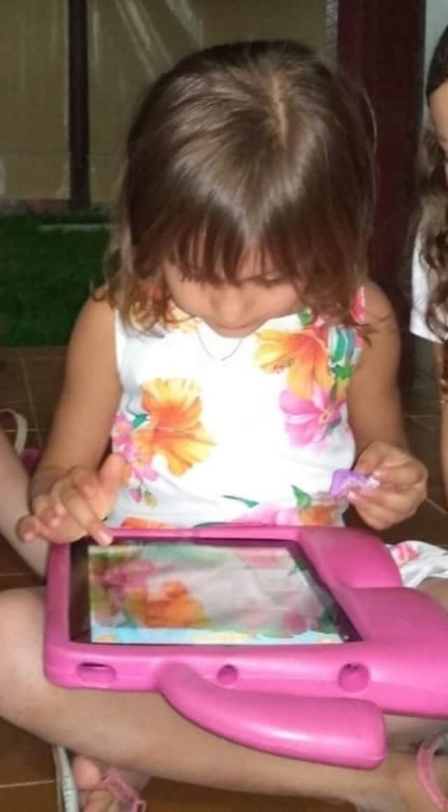 A pequena Alice, de seis anos, que ficou assustada ao ver o vídeo da boneca Momo no YouTube Kids.