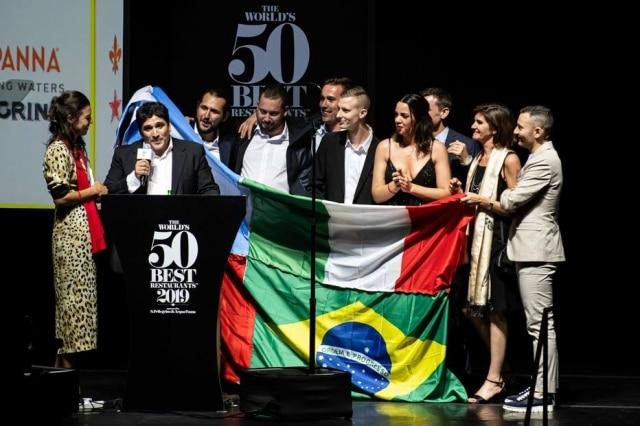 O grande campeão da festa, Mauro Colagreco no palco exibiu uma bandeira gigante, com quatro bandeiras costuradas (Argentina, Brasil, da Itália, e França).