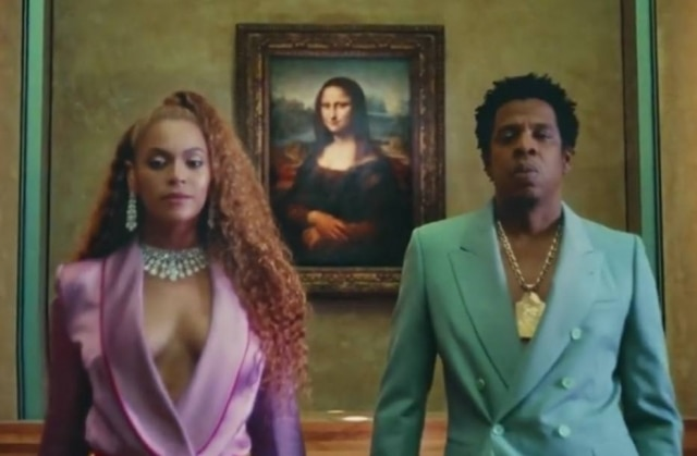 Beyoncé e Jay-Z posam em frente a Mona Lisa no Louvre.