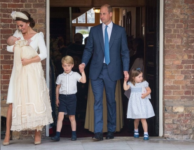 Kate Middleton, Louis, William, George e Charlotte chega à cerimônia de batizado
