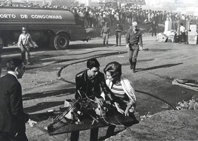 Hebe Camargo auxiliando na retirada de equipamentos durante o combate ao incêndio na TV Record em 29 de julho de 1966. Segundo o diretor Nilton Travesso, a apresentadora chorava bastante no dia - o que não a impediu de se prontificar a ajudar.