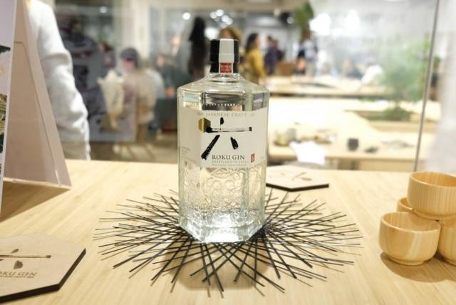 Roku Gin leva seis ingredientes botânicos — como flor de cerejeira e pimenta Sansho