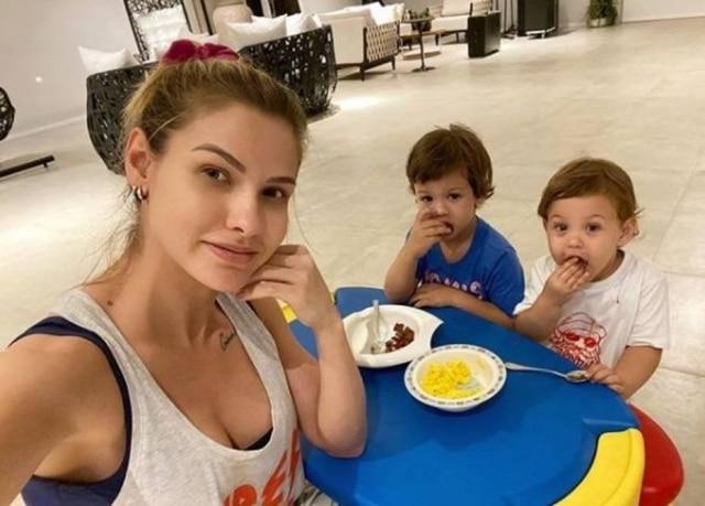 A modelo Andressa Suita e os filhos.