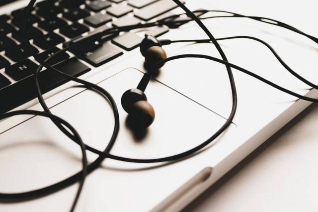 É importante evitar o compartilhamento de fones de ouvido, e lembrar de higienizá-los