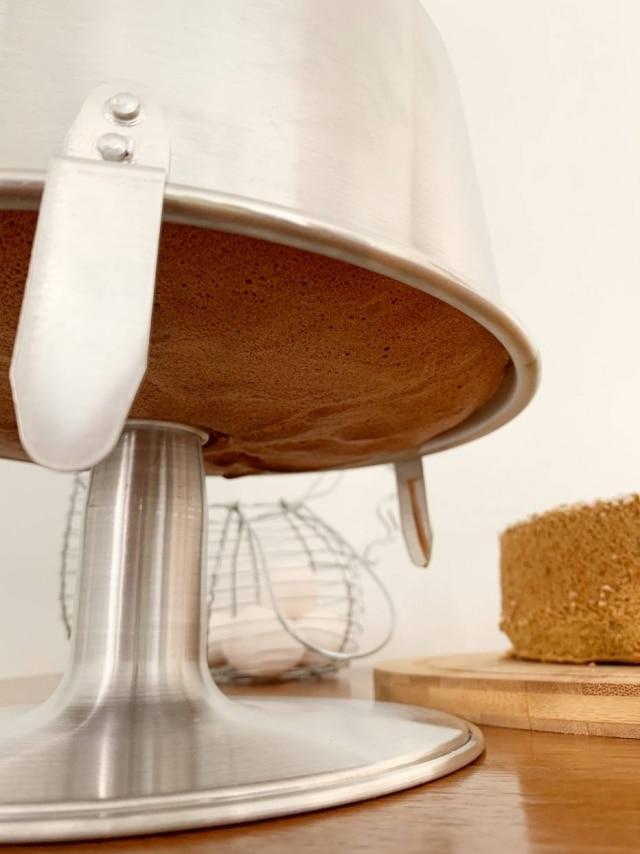 A forma própria para fazer chiffon vem com pedestal para que o bolo esfrie de ponta cabeça.
