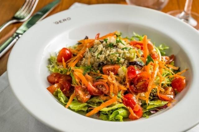 Saladade quinoa com abobrinha, camarões e azeitonas, uma das entradas