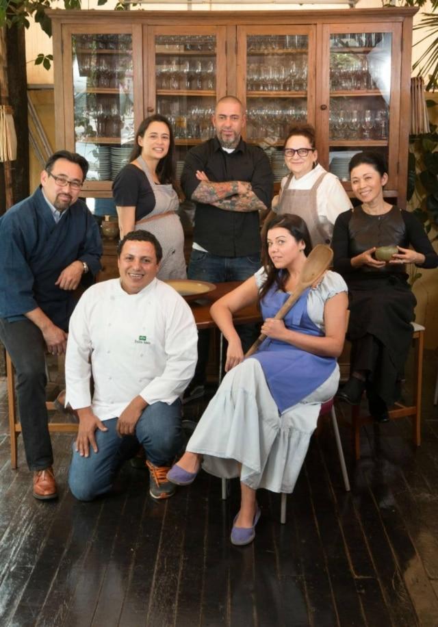 Esse grupo de chefs  está usando a cozinha como pretexto para fazer o bem. Jun Sakamoto (a partir da esq.), Bel Coelho, Henrique Fogaça, Mara Salles, Hideko Honma, Janaina Rueda e Eudes Assis doam tempo e conhecimento para quem precisa