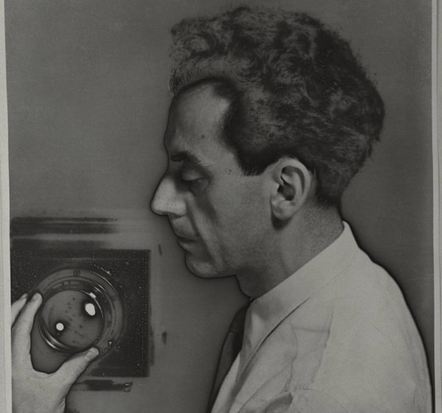 Man Ray trabalhou com fotografia, cinema e pintura e participou do movimento Dadaísta e Surrealista