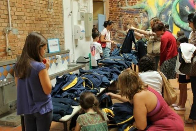 Pais de alunos da Escola Santi se reúnem para promover troca de material escolar e economizar.