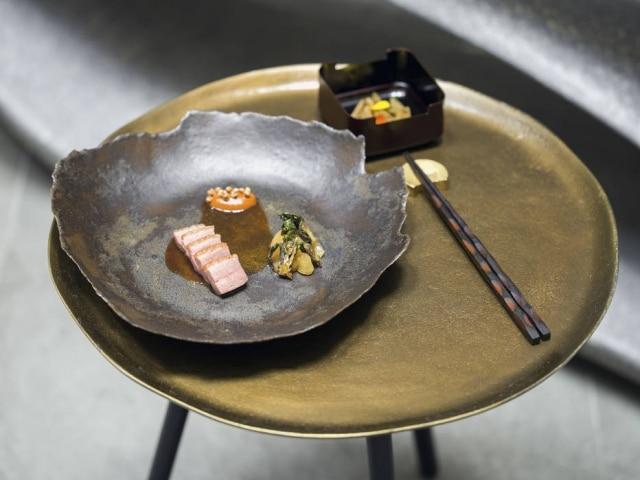 Atomix: pato é servido com um molho inspirado no mole mexicano com gochujang, pasta fermentada de pimenta.