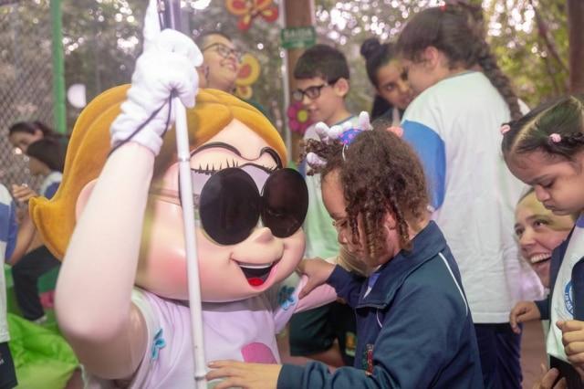 Dorinha éuma personagem da Turma da Mônicacom deficiência visual.