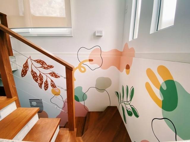 Artista traz formas que vão para além da parede