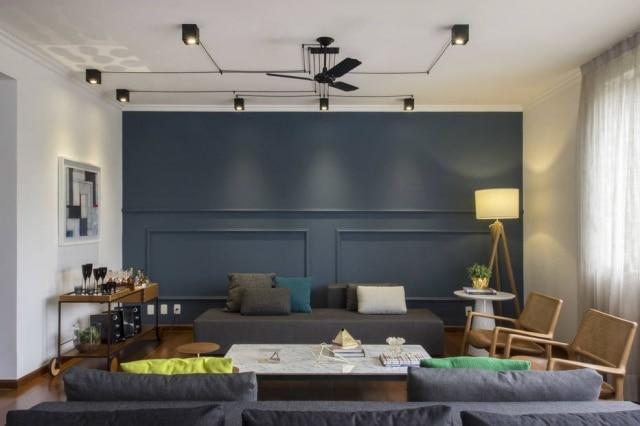 Camila Benegas e Paula Motta, do escritório Casa2 Arquitetos, montaram circuitos com spots e fios, da Arquitetura da Luz, nesta sala de 67 m² onde só havia três pontos de luz
