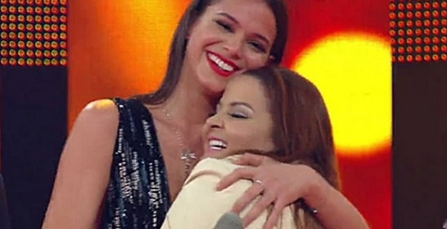 Maiara e Maraísa brincaram com Bruna Marquezine no 'Caldeirão do Huck'.