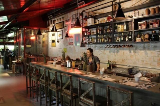 Balcão. Bar usou área antes pouco movimentada do restaurante; ambiente foi reformulado pela arquiteta Lana Miranda.
