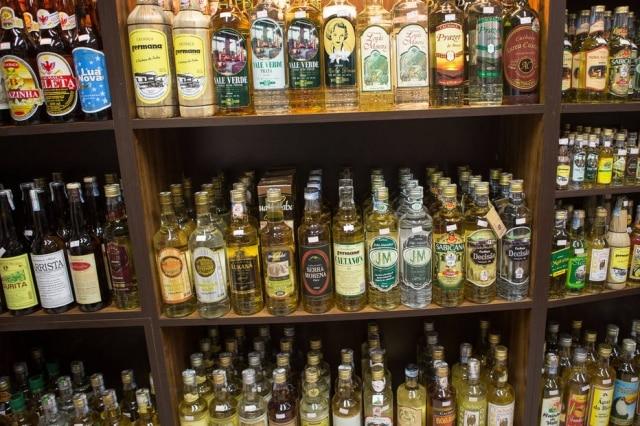 Cachaçã é aaguardente de cana produzida no Brasil, com graduação alcoólica de 38%a 48%.