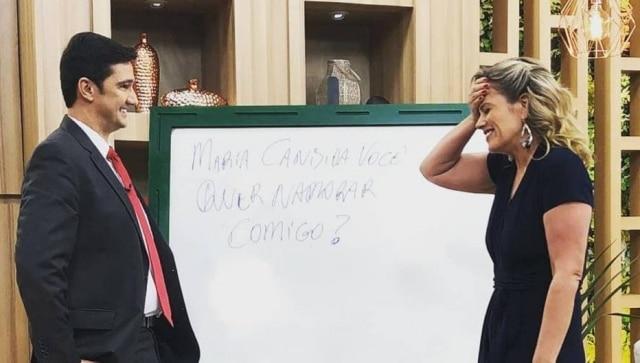 Momento em que Maria Cândida é pedida em namoro por Mauro Calil no 'Manhã Leve' da TV Aparecida.