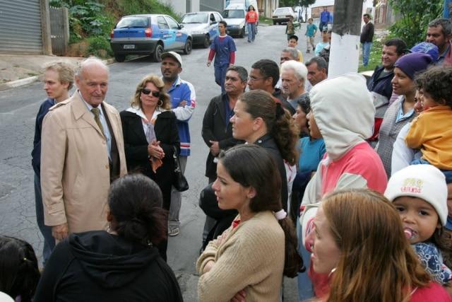 Padre Quevedo ao lado de multidão em frente a casa na rua Aparecida Moreira César Turíbio, onde supostos fenômenos sobrenaturais ocorreram, em 2005.