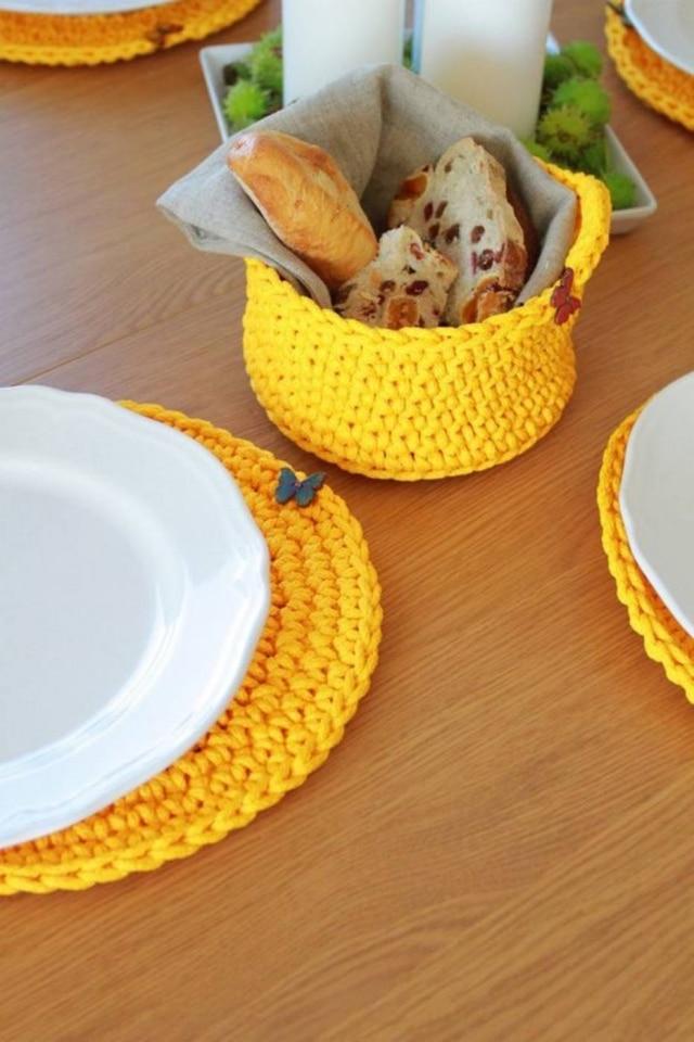 Para ter a mesa em harmonia, é possível colocar outros elementos decrochê na decoração
