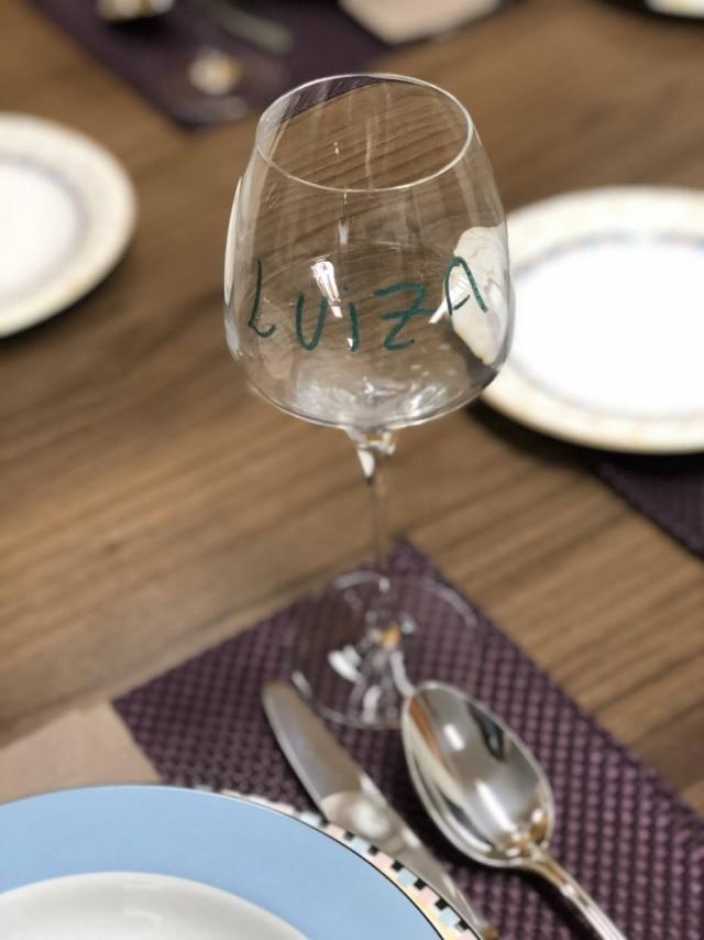 Ideia para marcar as taças dos convidados e evitar que sejam trocadas.