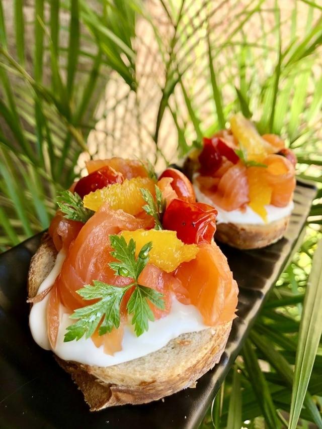 Tostadas de salmão gravlax, boursin e laranja em calda.