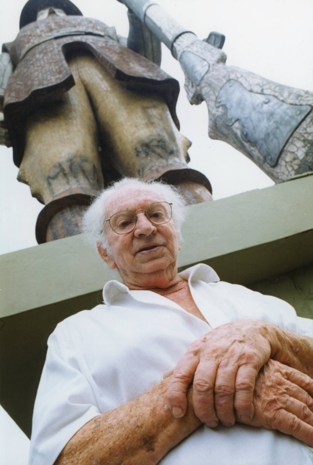 O artista plástico Julio Guerra diante da sua obra'Monumento a Borba Gato' em 1995.