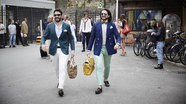 Rapazes estilosos chegam animados à feira Pitti UOMO