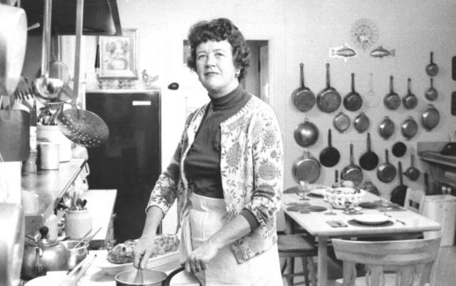Com seus livros e programas de TV, Julia Child ensinou os Estados Unidos a fazer cozinha francesa.