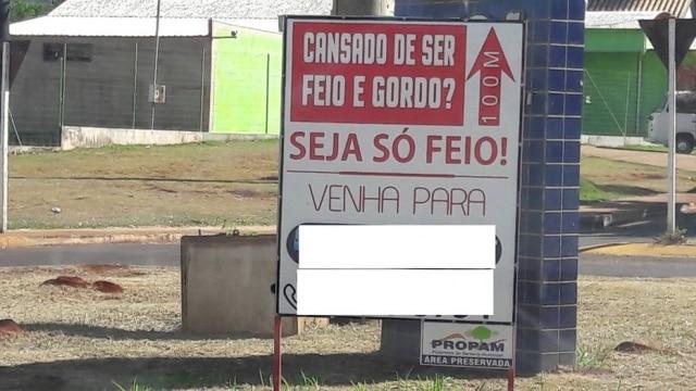 Placa colocada por Joni Guimarães para divulgar os serviços de sua academia.