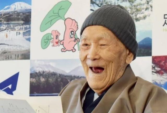 Nonaka sorri ao receber o título de homem mais velho do mundo.
