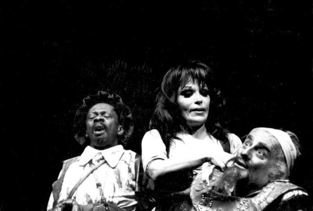 Grande Otelo em cena da peça 'O Homem de La Mancha', em que interpretou Sancho Pança, ao lado de Bibi Ferreira e Paulo Autran. O espetáculo contava com a direção de Flávio Rangel.