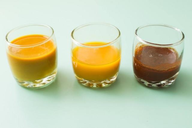 Cúrcuma. A cor de alguns alimentos é afetada pela acidez ou alcalinidade: No centro a tintanatural, à esquerca com limão, à direitacom bicarbonato de sódio