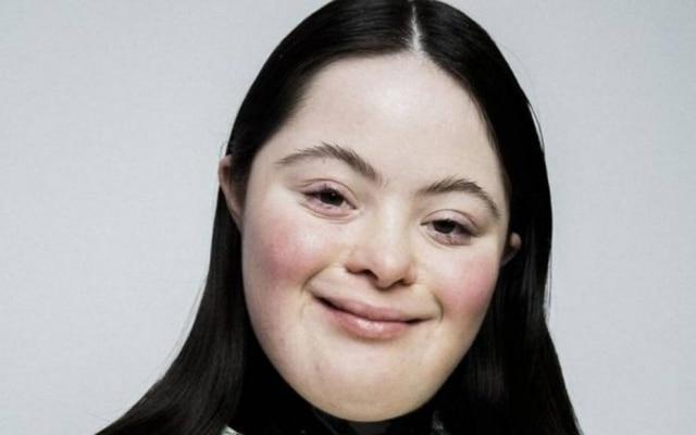 Ellie Goldstein, que possui síndrome de Down, estrela uma campanha da Gucci