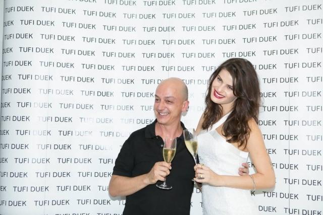 Edu Pombal em evento com a modelo Isabeli Fontana, a musa da Tufi Duek.