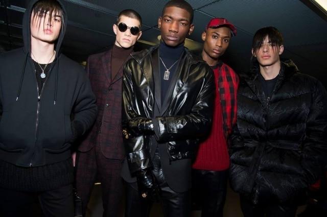 Backstage Versace em Milão: punk, rock, esporte e alfaiataria juntos na mesma coleção.