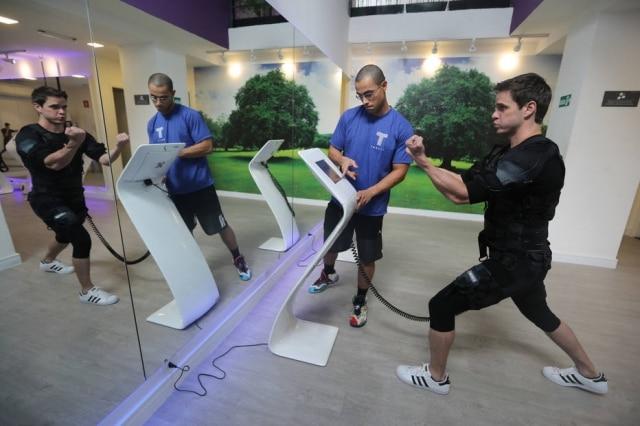 Felipe Castro, da TecFit, em treino de eletroestimulação muscular.