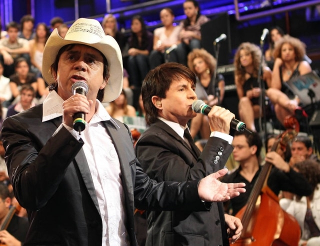 A música 'Evidências', da dupla Chitãozinho & Xororó, é a mais cantada nos karokês pelo Brasil segundo pesquisa feita pela KWC Brasil.
