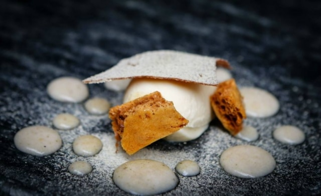 Texturas de banana, com sorvete, tuile e honeycomb, do Petí