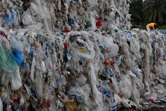Pilhas de plástico em uma usina de reciclagem na Malasia
